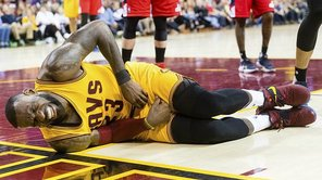 LeBron James: Recibió un duro golpe en partes íntimas [VIDEO]