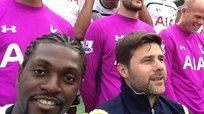 Emmanuel Adebayor y sus divertidos 'selfies' en el Tottenham [VIDEO]