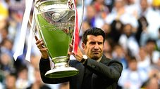 Luis Figo mostró el trofeo de la Champions League en el Estadio da Luz [VIDEO]