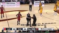 NBA: Hincha invade el campo durante el Clippers vs Cavaliers [VIDEO]