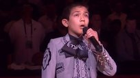 Niño genera polémica cantando himno de Estados Unidos en final de NBA [VIDEO]