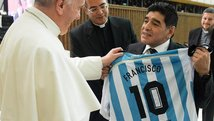 Papa Francisco recibió camiseta 10 de Diego Maradona [VIDEO]