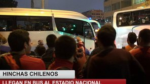 Perú Vs Chile: Hinchas chilenos llegan en bus al Estadio Nacional [VIDEO]
