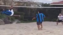 Ronaldinho anota un punto con tremenda acrobacia en el futvoley [VIDEO]