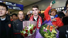 Oscar llega a China para fichar por el Shanghai SIPG [VIDEO]