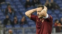 ​Totti sorprendido con exclusivo premio de la UEFA [VIDEO]