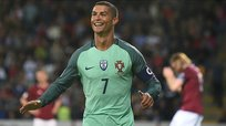 Cristiano Ronaldo la sigue rompiendo y anota doblete con Portugal [VIDEO]