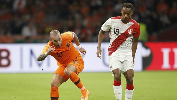 André Carrillo le hizo un 'sombrero' a Sneijder en su despedida [VIDEO]