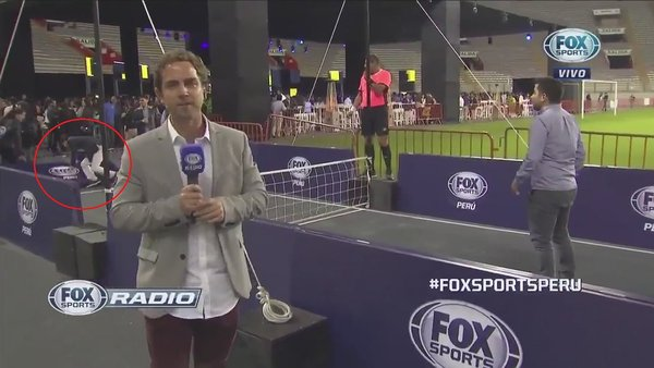 El divertido blooper del fútbol tenis en vivo de Fox Sports Radio Perú | VIDEO
