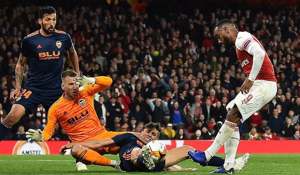 Arsenal vs. Valencia se miden por la Europa League. (Foto: AFP)