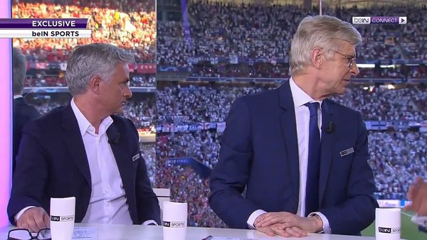 La reacción de Mourinho y Wenger al escuchar hinchas de Liverpool cantar 'You'll Never Walk Alone"