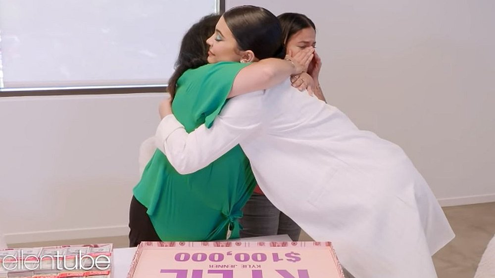 Kylie Jenner sorprendió a una fan y a su madre y les regaló US$200,000 | FOTOS Y VIDEO